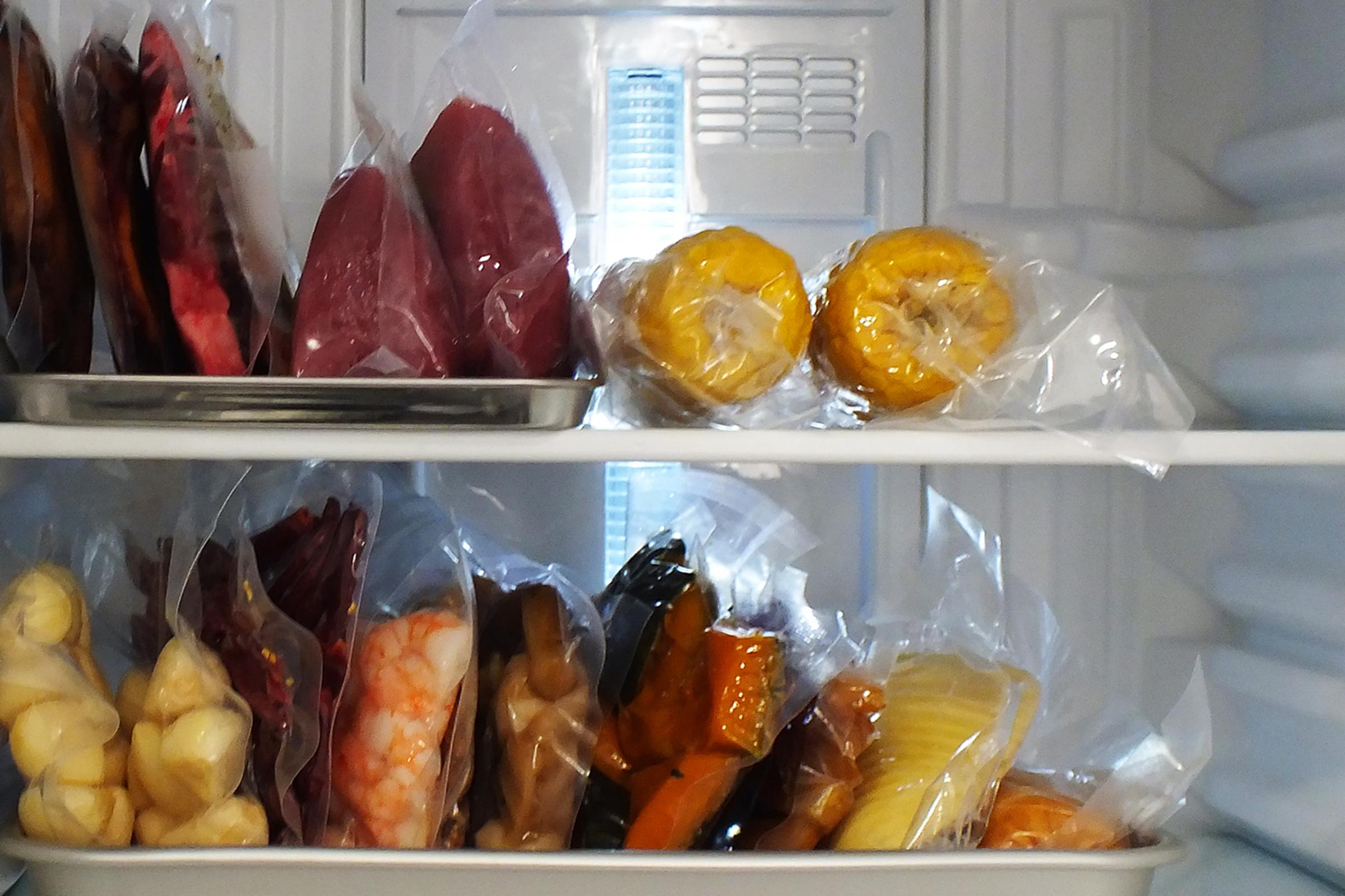真空袋は酸素透過度が低く、保存中に食材同士でにおい移りしてしまうことを防ぎます。