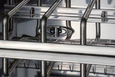 主要部分の材質は耐食性に優れたステンレスSUS304を使用しています。庫内は鏡面研磨を施してあるので、反射効率が増し殺菌効果を高めています。