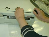 余分な袋端をカットできるため、チューブ状のフィルムで製袋加工できます。