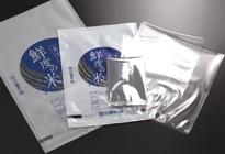 間口300mmまでの袋が使用可能。シールタイマーを設定することで、袋の厚みに応じた調整も可能です。 対応する袋は、ナイロンポリ、アルミ蒸着、ラミ袋など様々な材質に対応します。(使用環境により異なる場合がございます)