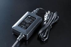 ACアダプターがついており、世界中どこでも使用できます。<br /> 入力 100V~240V(AC50/60Hz <br /> 出力 DC 15V 4.3A <br />