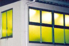 窓ガラスに貼ることで、外部から室内照明に寄ってくる虫の誘引阻止率約80%を実現。<br /> 薬剤を使用しないため、人間の健康や地球環境へのリスクがありません。また、その効果は約10年持続するので安全で安心な工場環境を創ります。